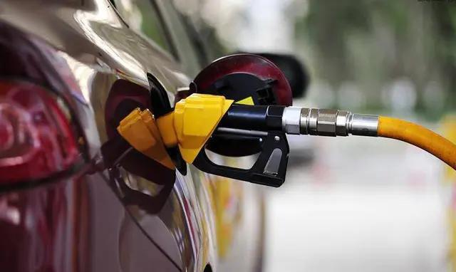 我替专家给你们解答:为啥国际油价跌的这么惨,国内却依旧坚挺!
